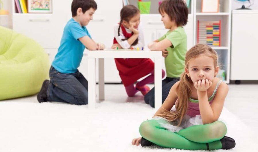 Ar trebui să-ți lași copilul să se joace cu alți copii?